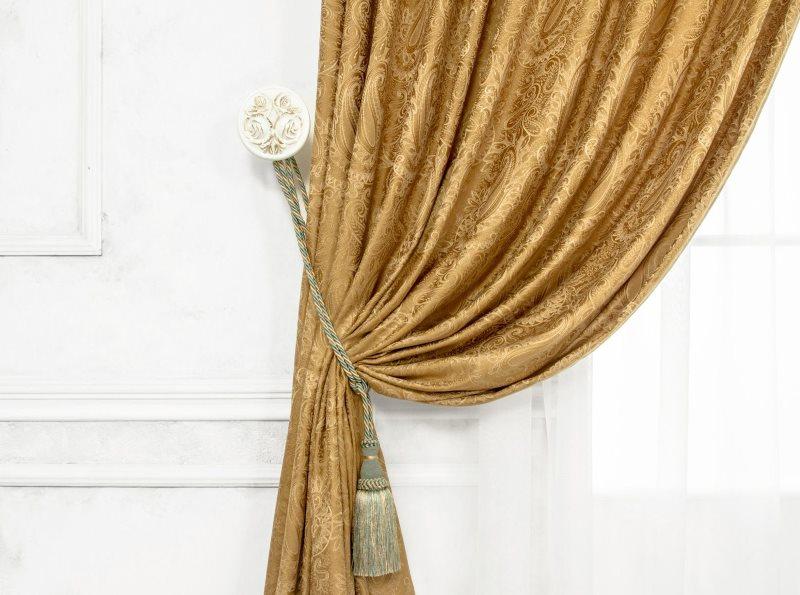 Декор шелковой занавески простым подхватом