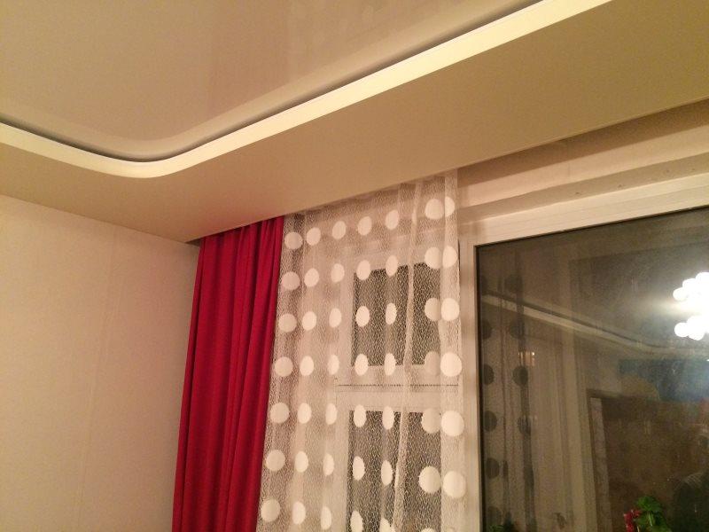Шторы на скрытом карнизе в гостиной с натяжным потолком
