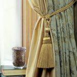 Кисть на подхвате шторы в гостиной