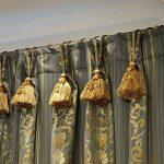 Кисти на верхе шторы из дорого материала