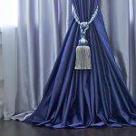 Синяя занавеска на темно-коричневом полу