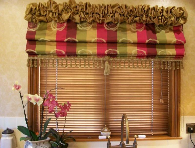 Декорирование римской шторы кистями и бахромой