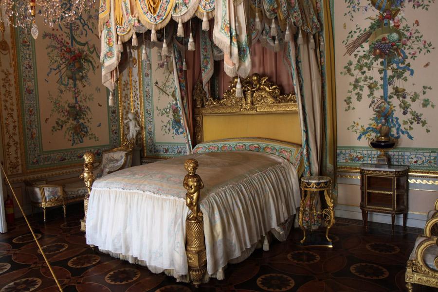 Использование кистей и бахромы в декоре спальной комнаты