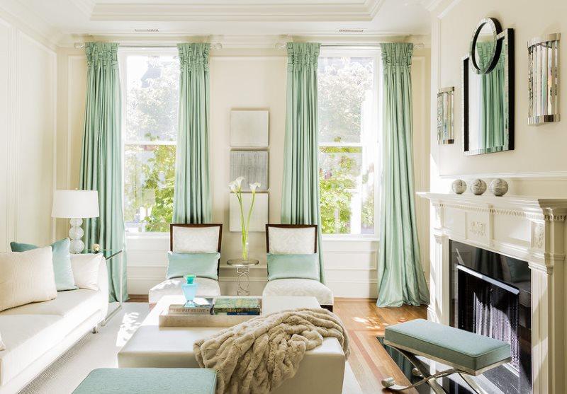Длинные портьеры в интерьере гостиной с камином