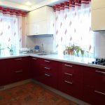 Короткие шторы на люверсах на два кухонных окна