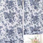 Короткие шторы с синими цветами на петлях-липучках