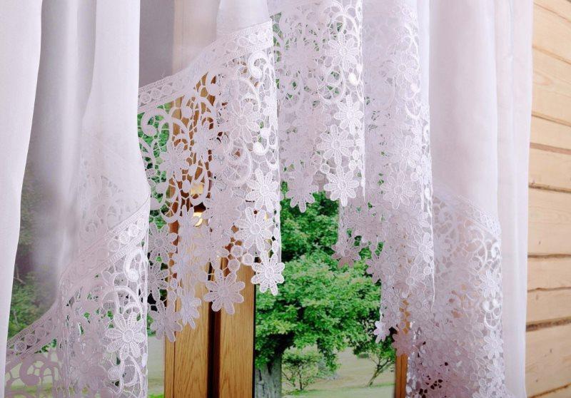 Накрахмаленная занавеска на окне в доме из бруса