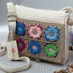 Красивая вязанная сумочка со вставками из цветочных квадратов