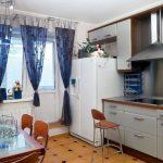 Красивые шторы на петлях-липучках для кухонного окна с балконом