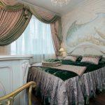 Красивый ламбрекен с кистями для необычно-оформленной спальни