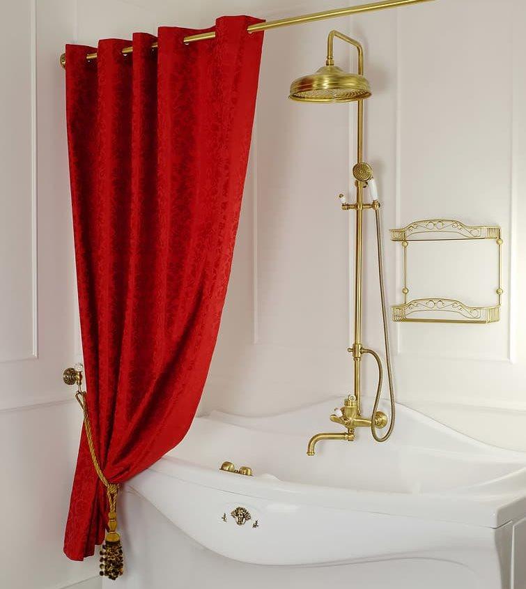 Красная занавеска над белой ванной