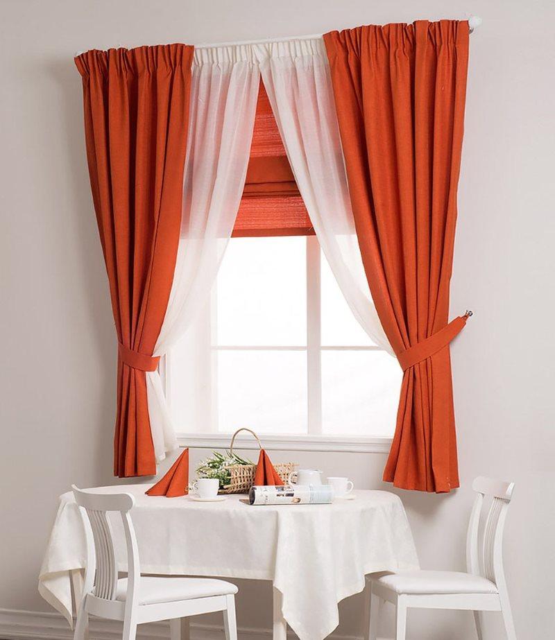 Красно-белые занавески на кухонном окне