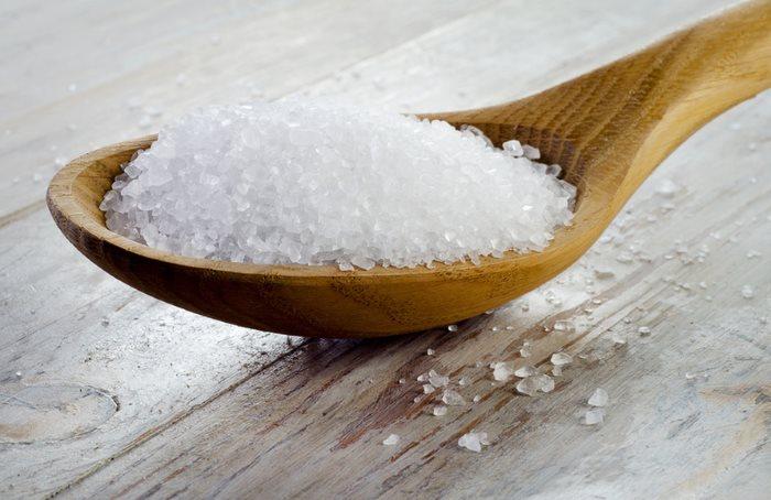 Деревянная ложка с крупной солью для стирки