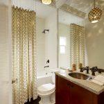 Огромное зеркало в интерьере совмещенной ванной