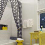 Серая шторка в ванной деревенского стиля