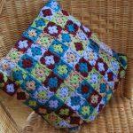Маленькая цветочная подушечка из квадратиков крючком
