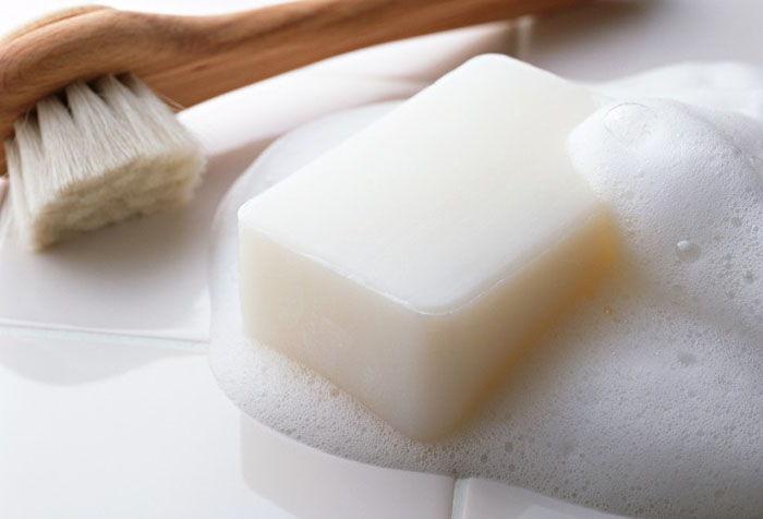 Щетка и мыло для стирки рулонной шторы своими руками
