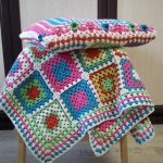 Накидка на табурет и подушечка в одном стиле из квадратиков