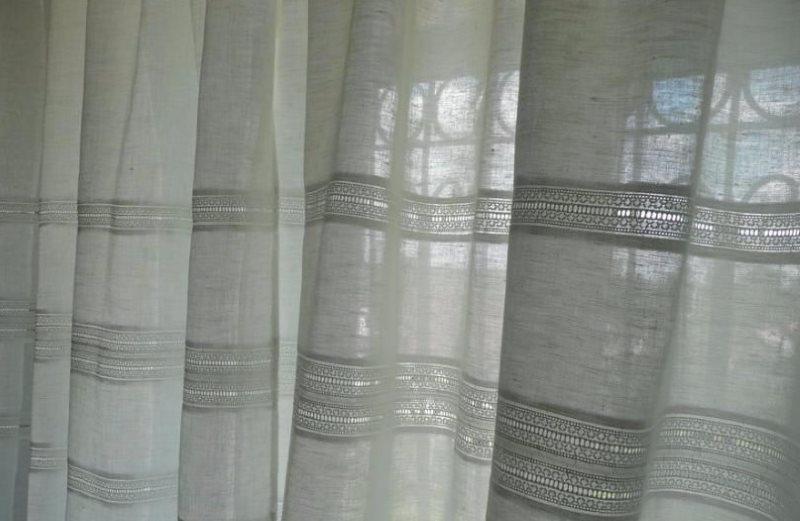 Льняная занавеска на окне частного дома
