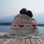 Оригинальный плед спицами из пряжи двух цветов с рисунком-сердце
