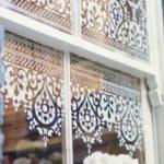 Деревянной окно с тюлем на стеклах