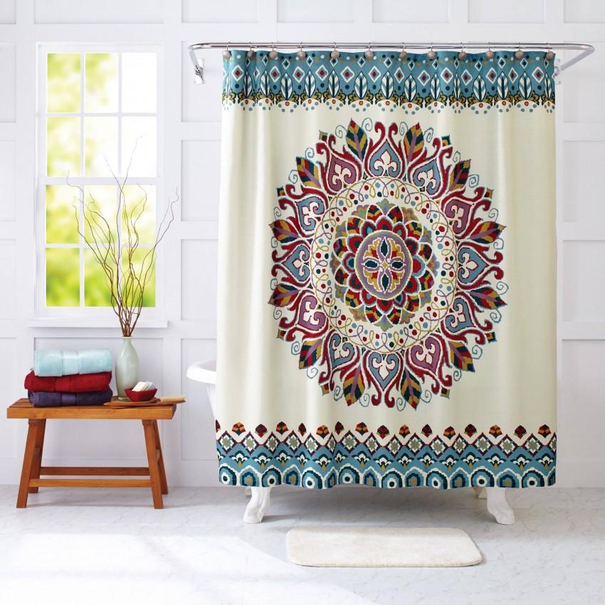 Яркий орнамент на тканевой шторке в ванной комнате