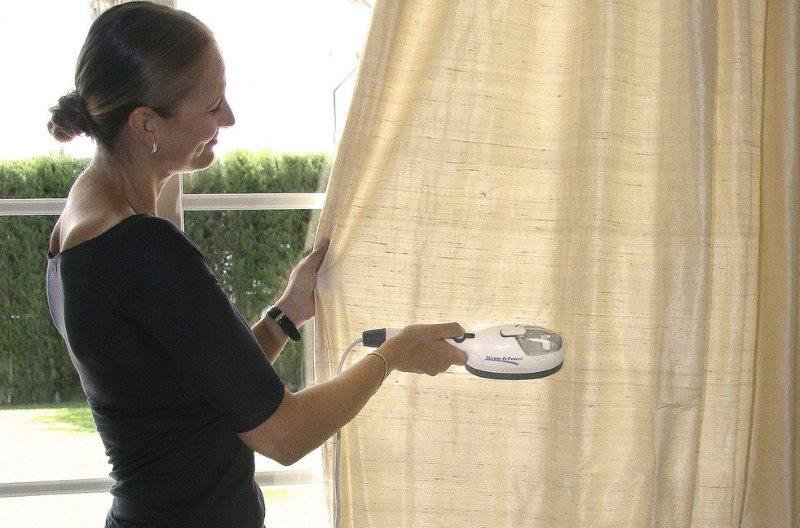 Отпаривание легкой шторы на оконном карнизе