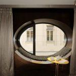Овальное закрывается классическими шторами
