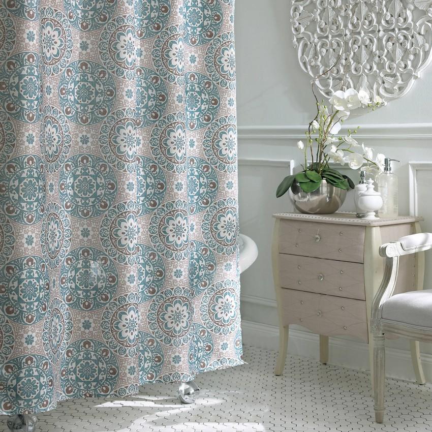Нежная шторка с красивым орнаментом в ванной комнате