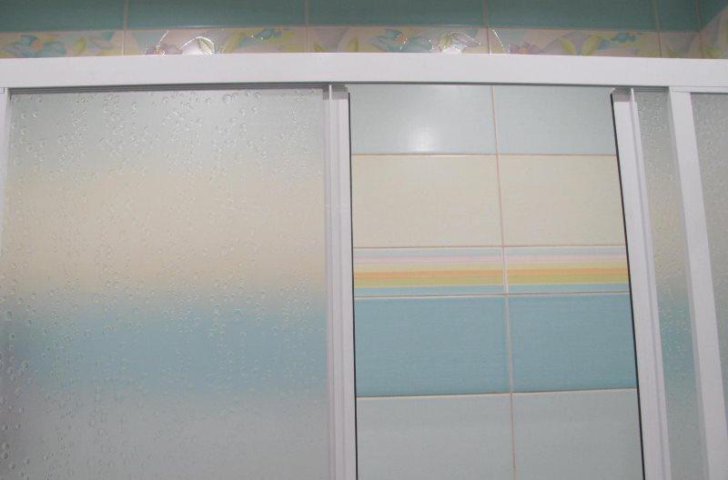 Верхняя перекладина пластиковой шторки раздвижного типа