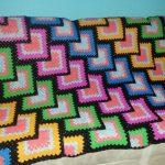 Плед из бабушкиных квадратов, связанных по диагонали
