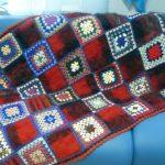 Плед на диван из бабушкиных вязанных квадратов, скомбинированных с шерстяными квадратами