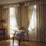 Прямые шторы в гостиную на два окна с жестким ламбрекеном