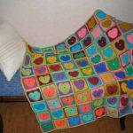 Разноцветные сердечки в квадратике из остатков пряжи