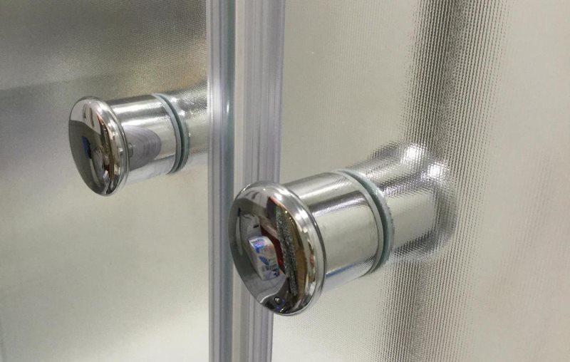 Хромированные ручки на стеклянных дверках раздвижной перегородки