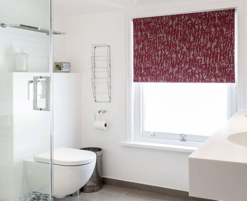 Темная рулонная штора в интерьере ванной