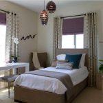 Рябые шторы в спальне на люверсах