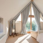 Серые шторы в пол для треугольного окна на мансарде