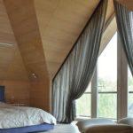 Шикарные шторы на треугольное окно в спальне на мансарде