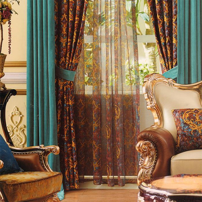 Красивые шторы из бархата на окне гостиной