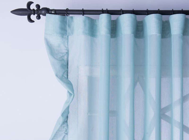 Полупрозрачная штора из полиэстера на кованном карнизе