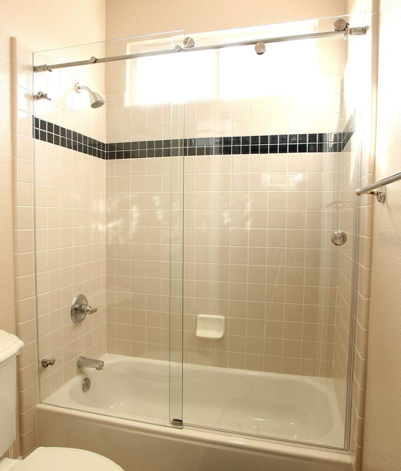 Шторка-купе на роликах в ванной комнате