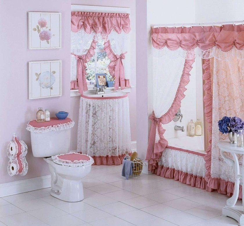 Занавески с кружевами в интерьере ванной