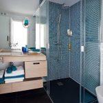 Душевая кабинка в углу ванной комнаты