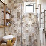 Туалетные принадлежности на деревянных полочках