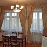Шторы для кухни-столовой с двумя окнами и балконом