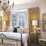 Золотистые занавески в интерьере спальни