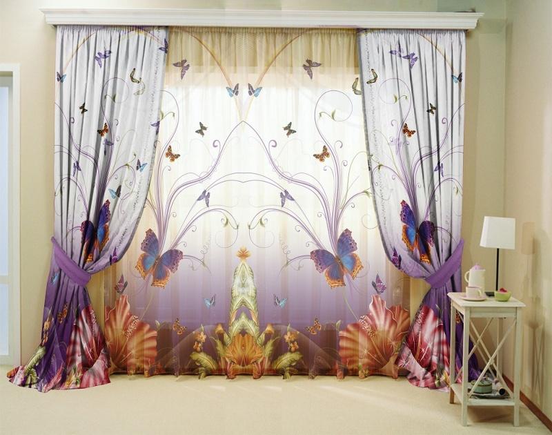 Цветные бабочки на портьерах в гостиной