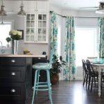 Шторы с цветочным рисунком на люверсах для кухни-столовой