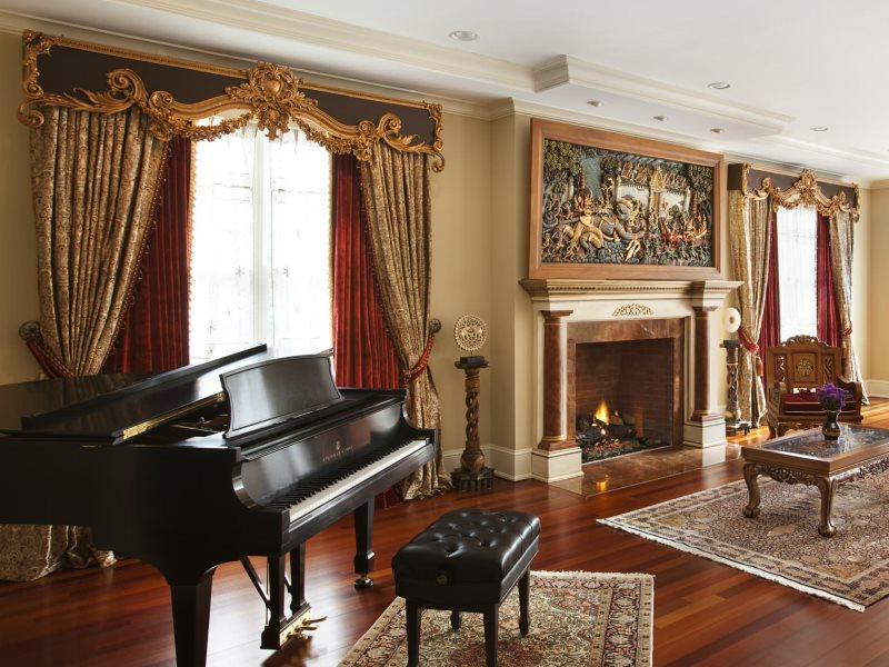 Шторы с жестким ламбрекеном в гостиной с роялем